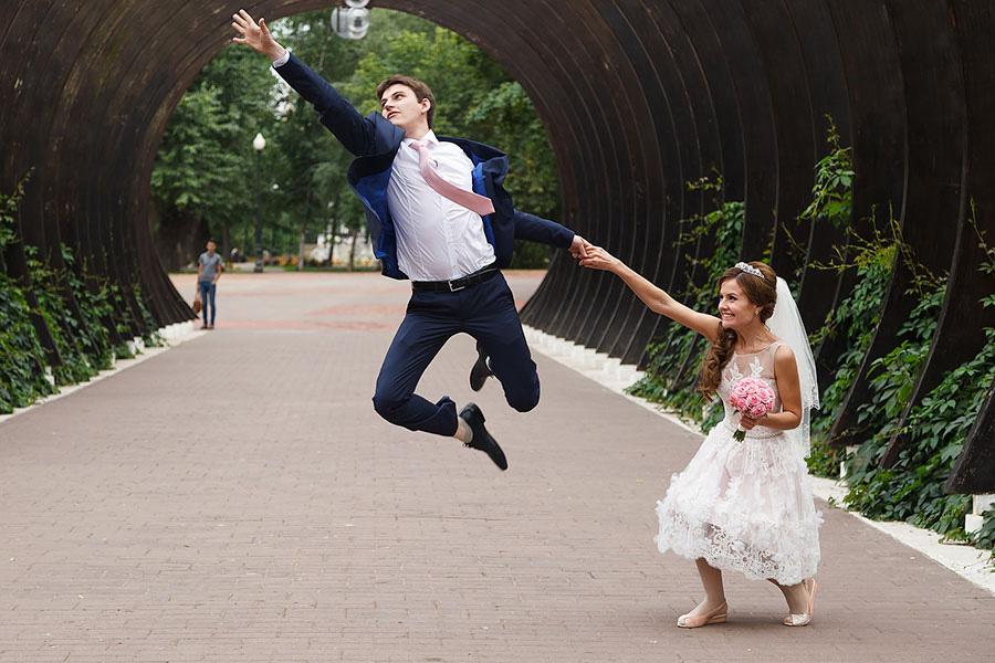 Жених и невеста в парке