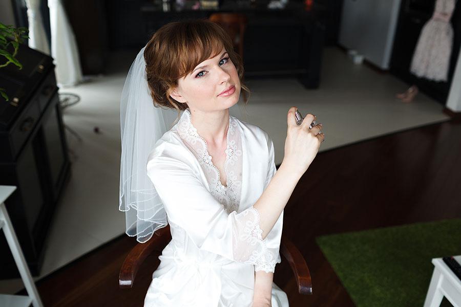 Красивая невеста ждёт жениха