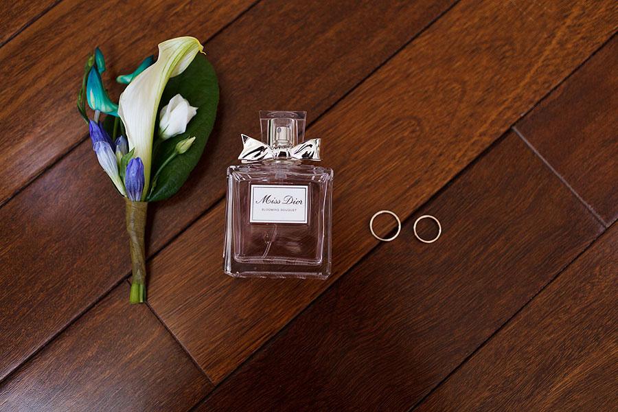 """Бутоньерка, парфюм """"Мисс Диор"""" и обручальные кольца"""