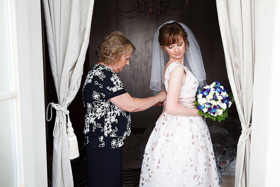 Мама одевает невесту
