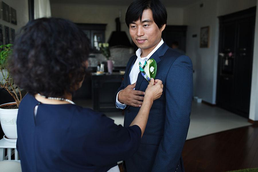 Свадебная бутоньерка хорошо подходит к костюму