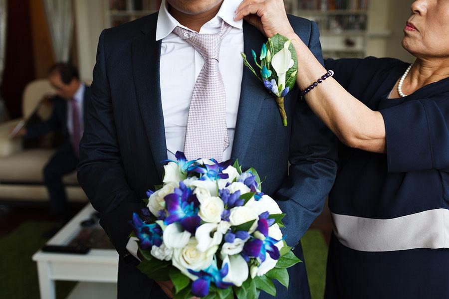 Мама поправляет жениху галстук