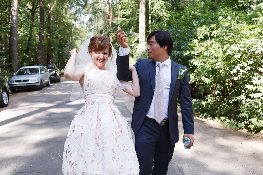 Разбивание бокалов на свадьбе на счастье