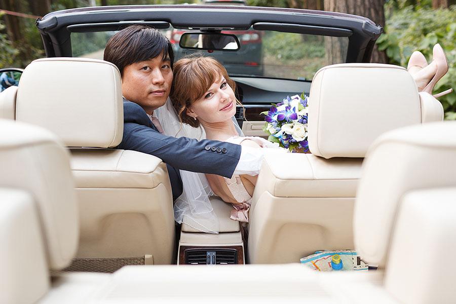 Жених и невеста в кабриолете