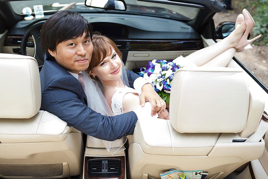 Ёнмин обнимает Анну в кабриолете