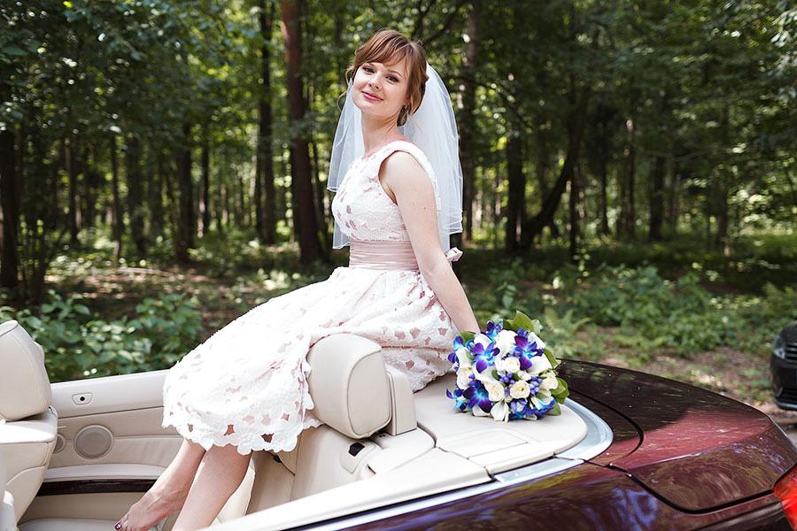 Невеста сидит на кабриолете