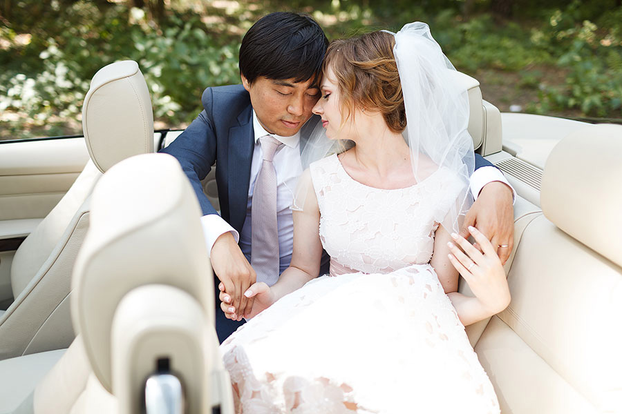 Жених и невеста в машине