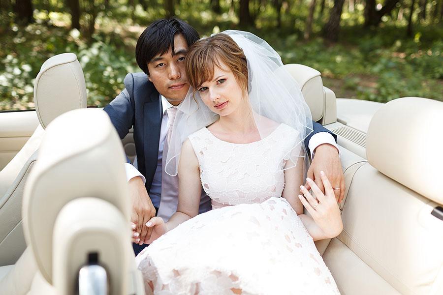 Ёнмин и Анна в свадебной фотосессии в красном кабриолете