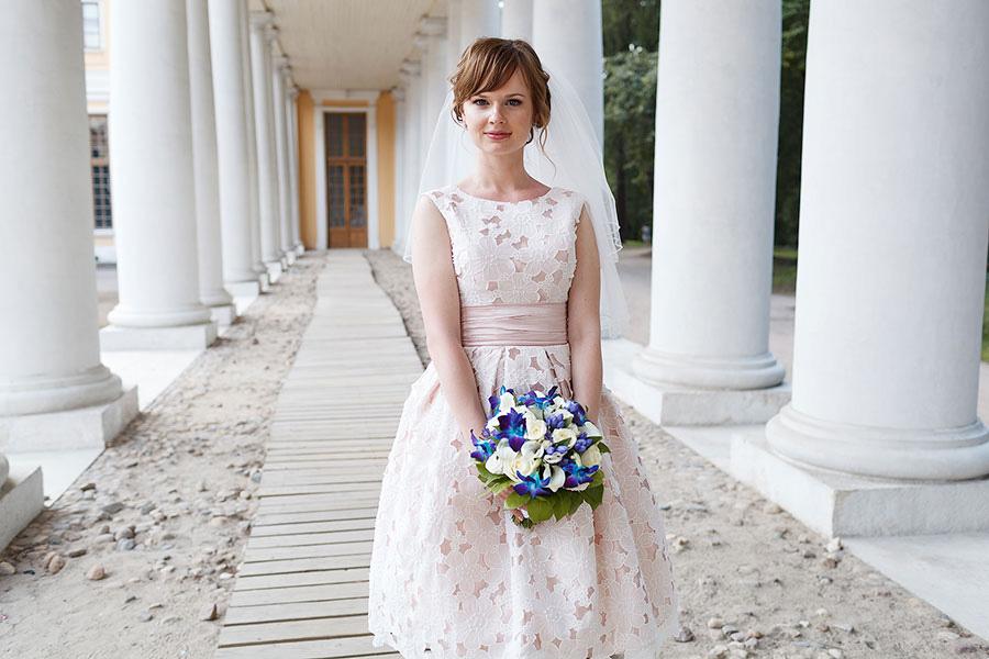 Очаровательная Анна с синим букетом