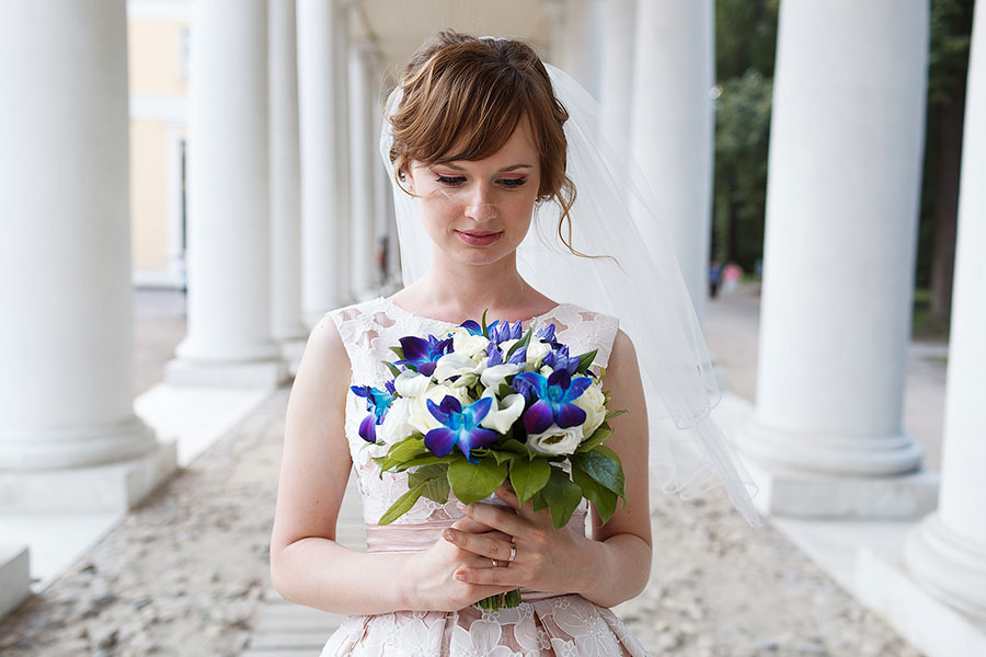 Красивая Анна с букетом невесты