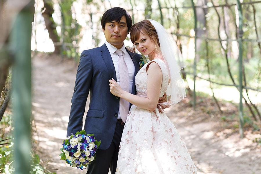 Жених и невеста в арке в усадьбе