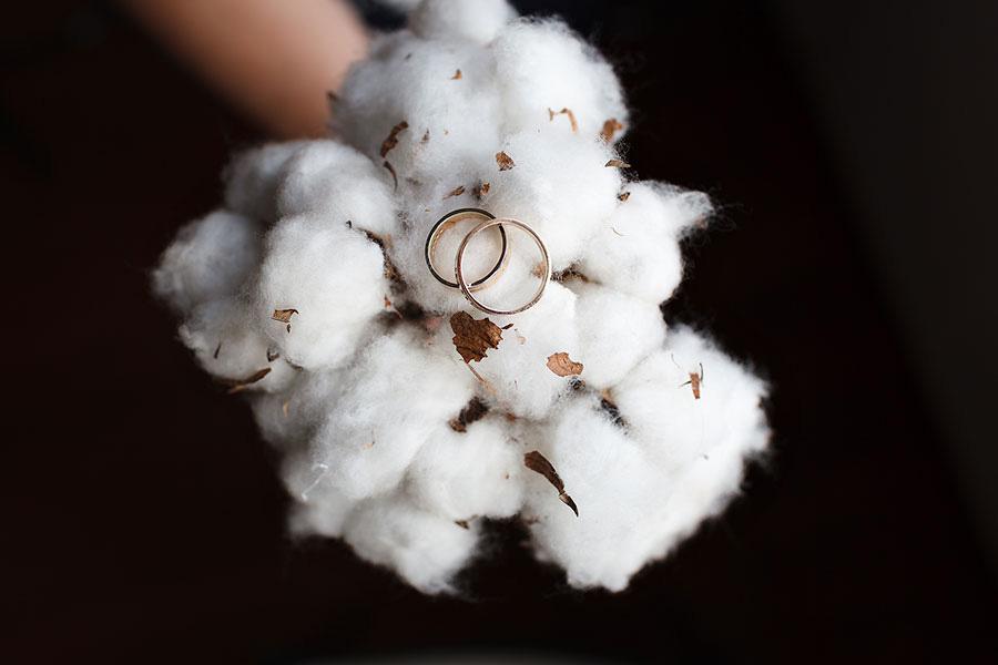 Свадебные кольца и букет из хлопка