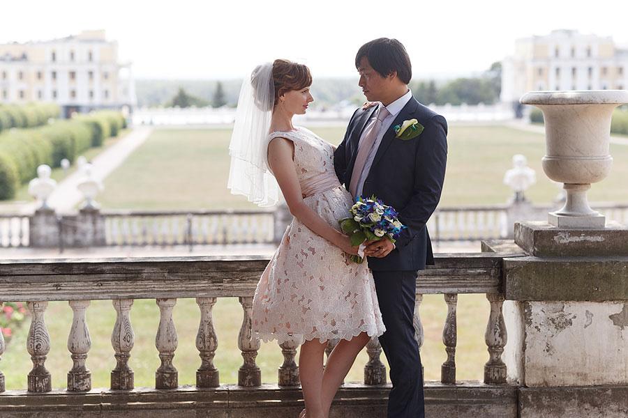 Жених и невеста вид на поле в усадьбе Архангельское