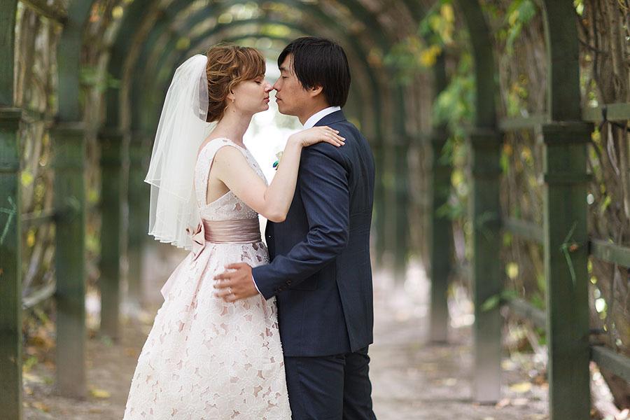 Жених и невеста в арке в усадьбе Архангельское
