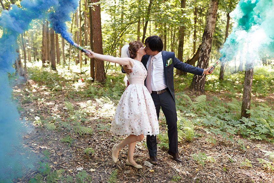 Цветной дым у жениха и невесты
