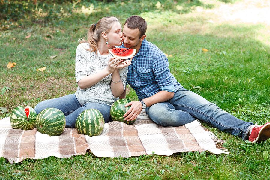 Счастливая семья в арбузах