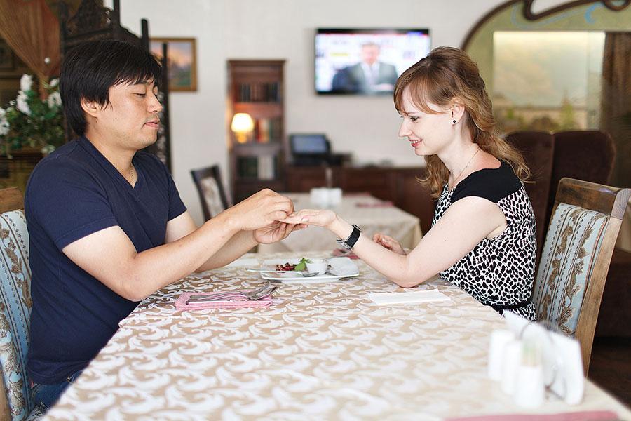 Предложение руки и сердца в ресторане